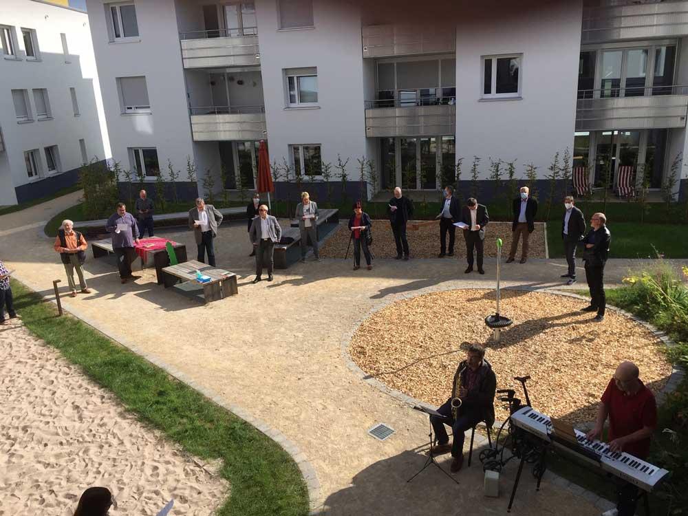 Mehrere Menschen musizieren gemeinsam im Innenhof
